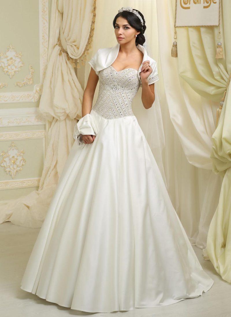 Шикарное свадебное платье из атласной ткани, с корсетом, вышитым бисером, и коротким болеро.