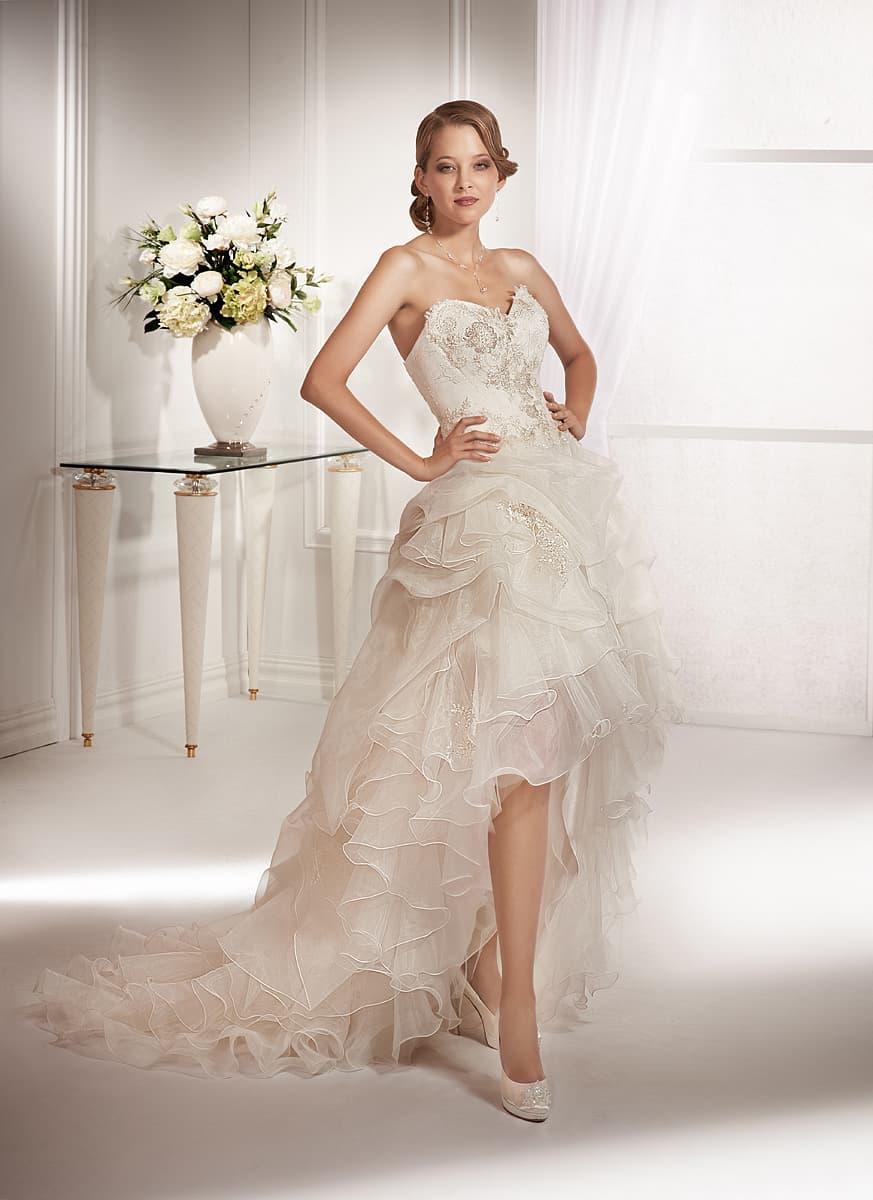 13a2932301d Эксцентричное свадебное платье с укороченным спереди подолом и открытым  лифом-сердечком.