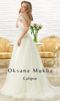 Изысканное свадебное платье с асимметричным кружевным верхом.