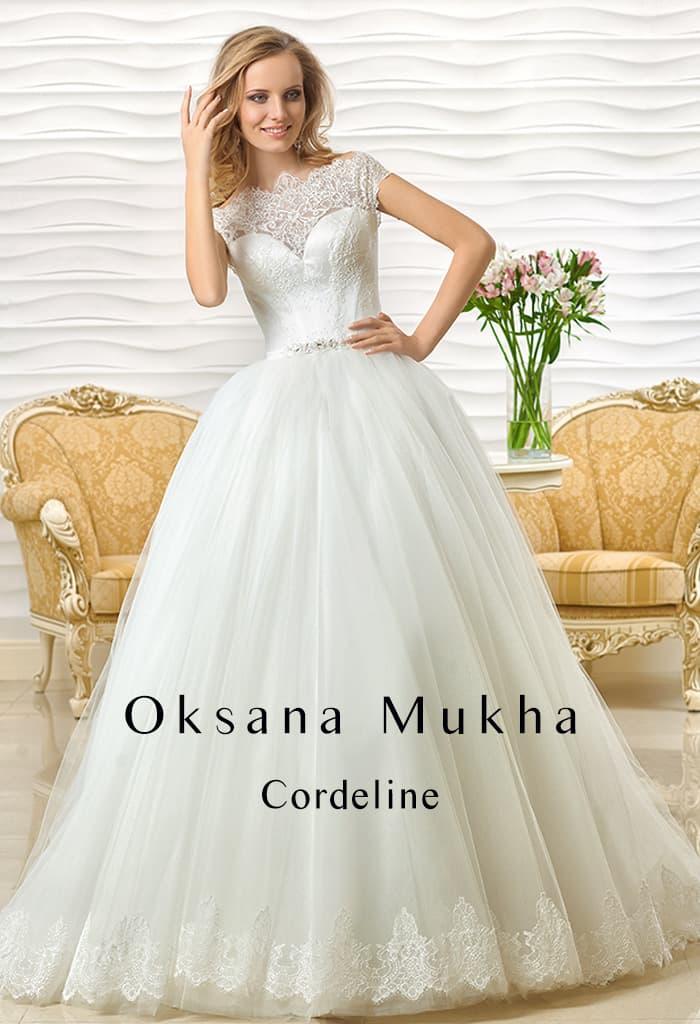 Великолепное свадебное платье с узким бисерным поясом и кружевной вставкой на лифе.