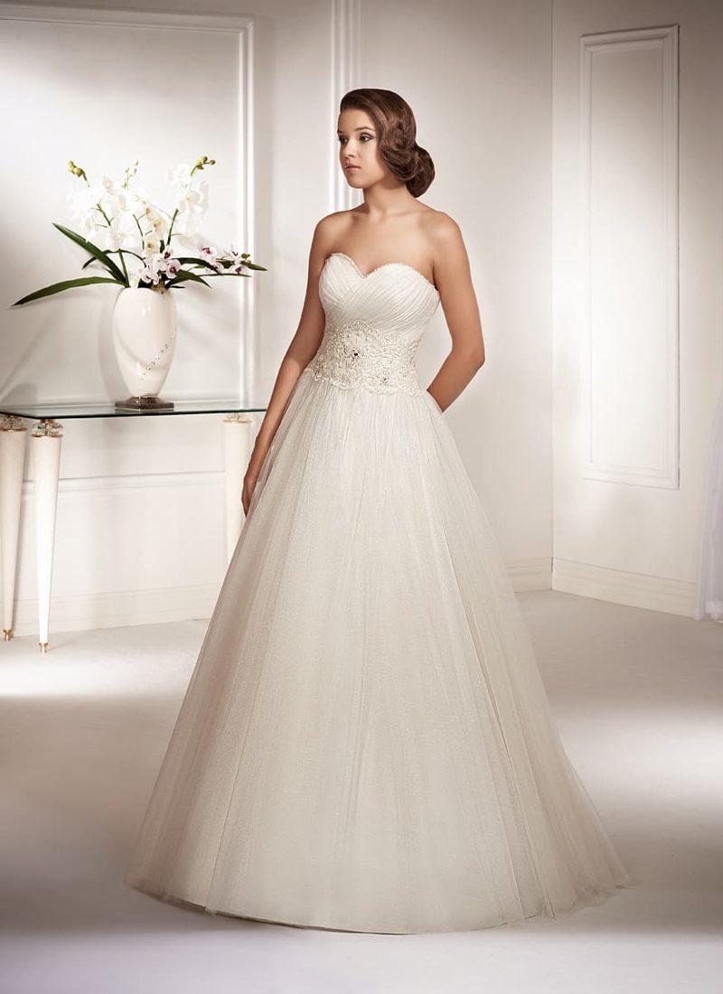Свадебное платье «принцесса» с широкой полосой кружевного декора по линии талии.