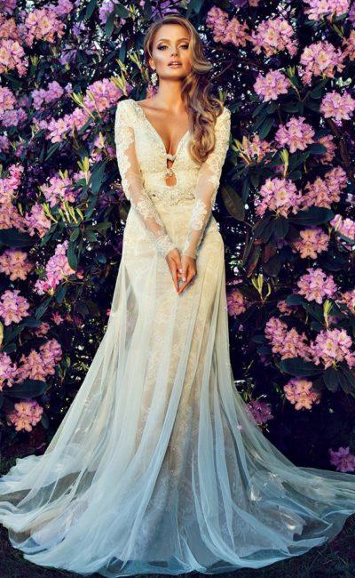 Бежевое свадебное платье с глубоким вырезом и полупрозрачной верхней юбкой.