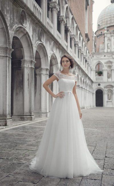 Изысканное свадебное платье с округлым вырезом декольте и узким поясом на талии.