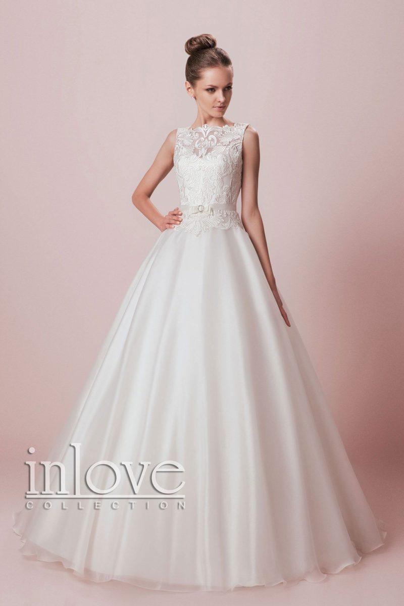 Женственное свадебное платье А-кроя с элегантным поясом и кружевной отделкой верха.