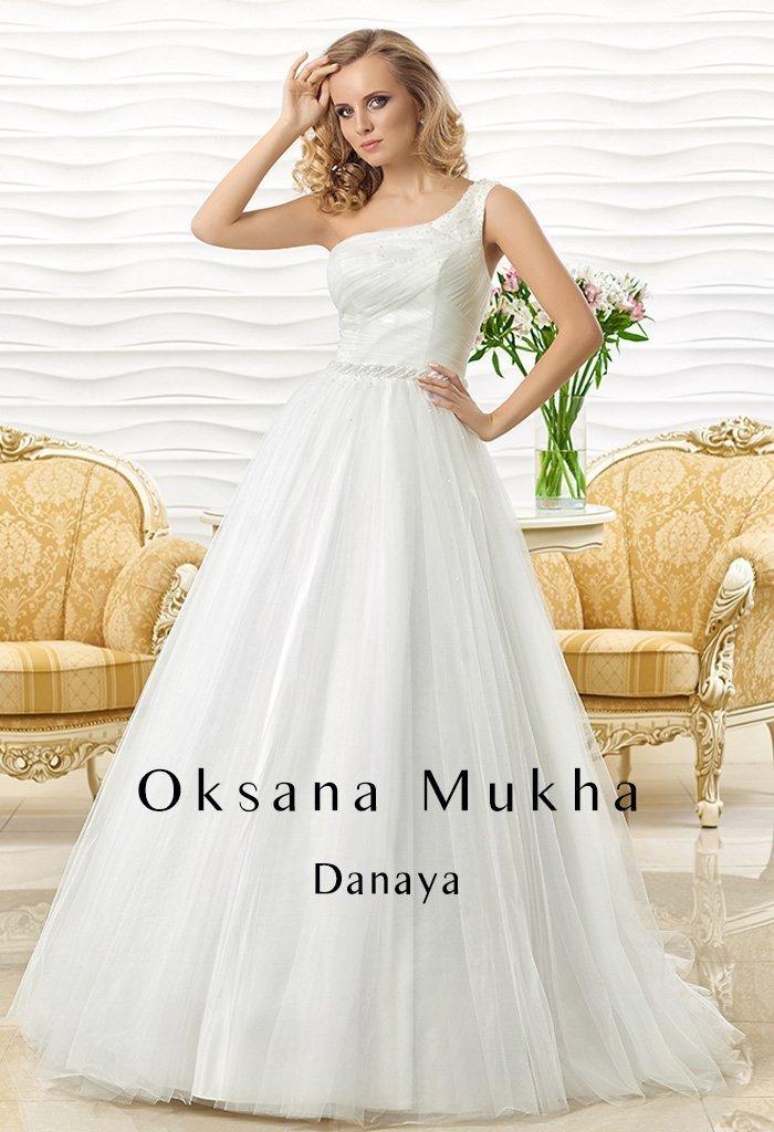Оригинальное свадебное платье с асимметричным верхом и пышной юбкой.