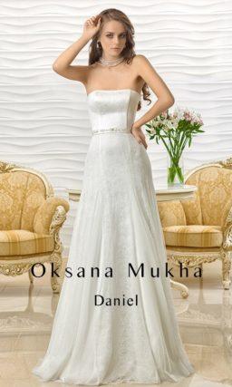 Открытое свадебное платье с прямой линией декольте и изящной юбкой «принцесса».