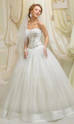 Свадебное платье пышного торжественного кроя со сверкающей вышивкой по корсету.