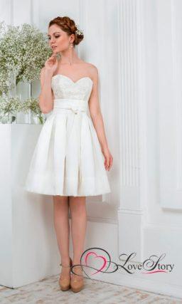 Короткое свадебное платье с фактурным лифом и широким атласным поясом.