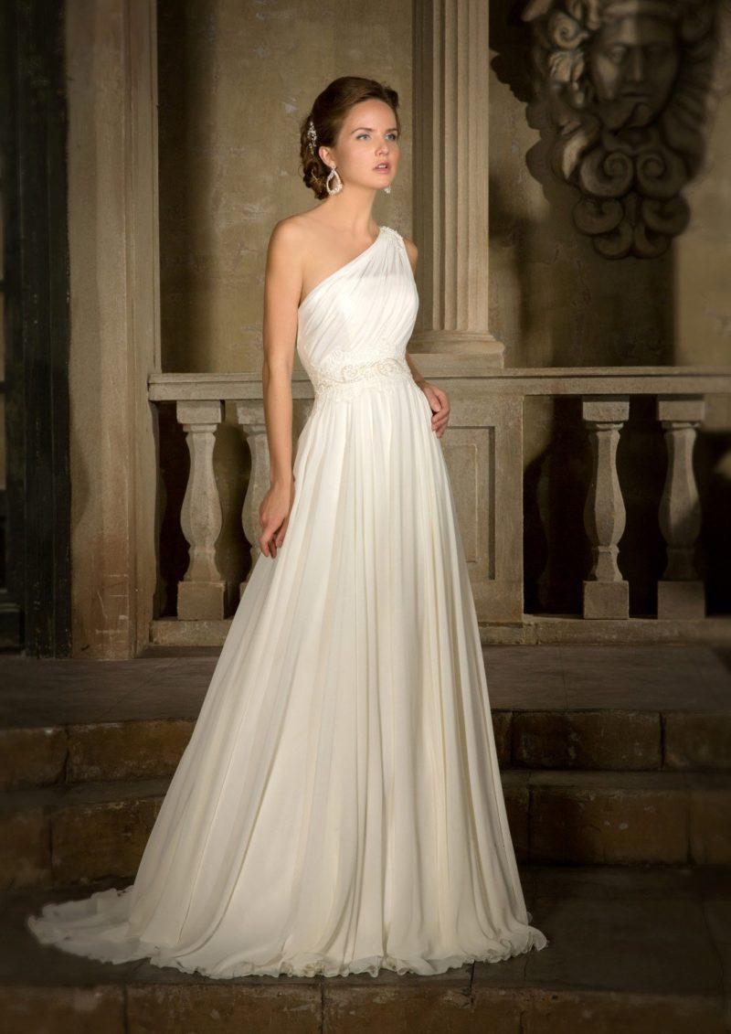 Нежное свадебное платье в ампирном стиле с асимметричным лифом с широкой бретелькой.