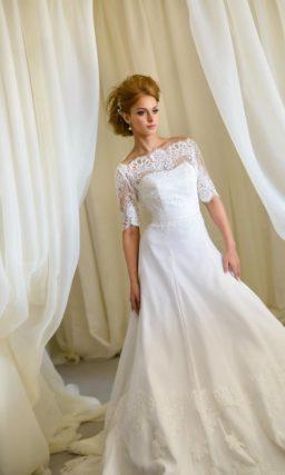 Свадебное платье А-силуэта с коротким кружевным рукавом и портретным декольте.