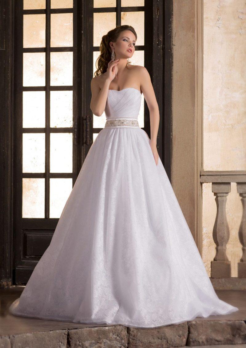 Элегантное свадебное платье пышного кроя с широким бисерным поясом и лифом-сердечком.