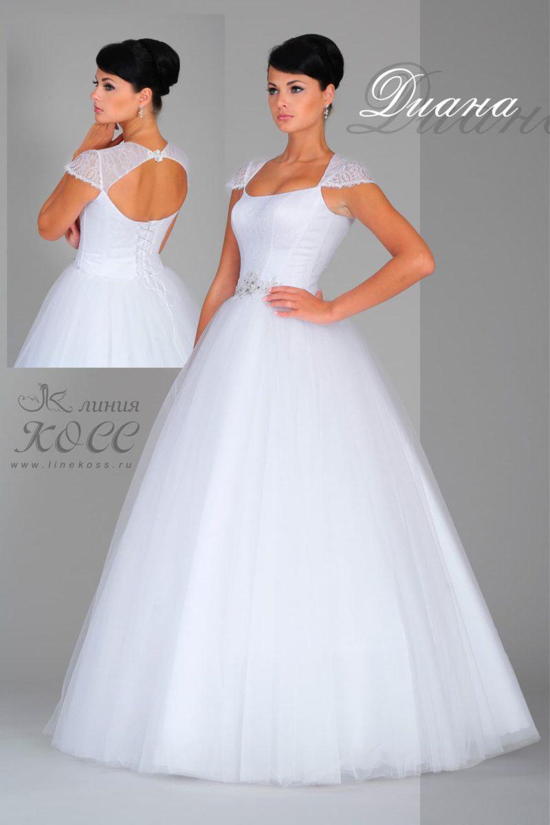 Пышное свадебное платье с коротким кружевным рукавом и сияющим декором на талии.