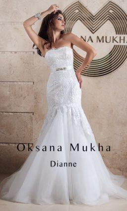 Кружевное свадебное платье с открытым лифом и силуэтом «русалка».