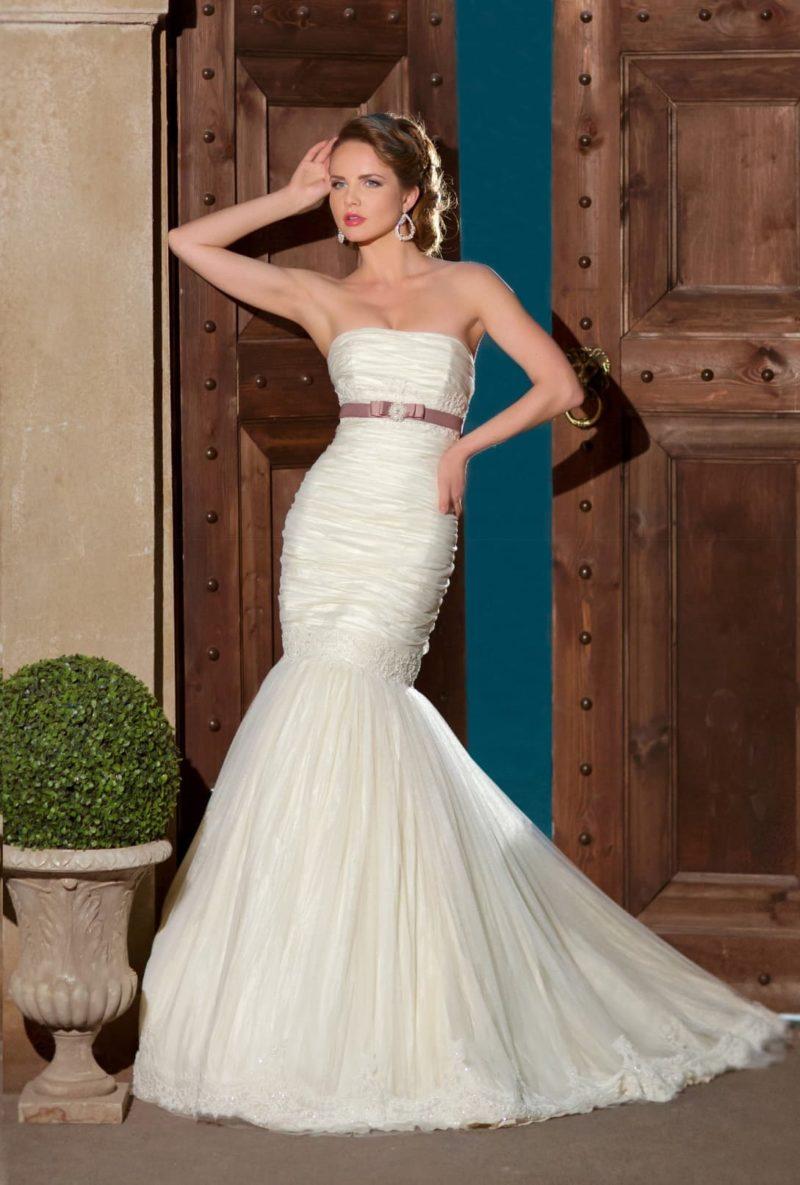 Открытое свадебное платье с облегающей юбкой и узким цветным поясом прямо под лифом.
