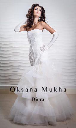 Фактурное свадебное платье с объемной отделкой низа юбки «русалка».