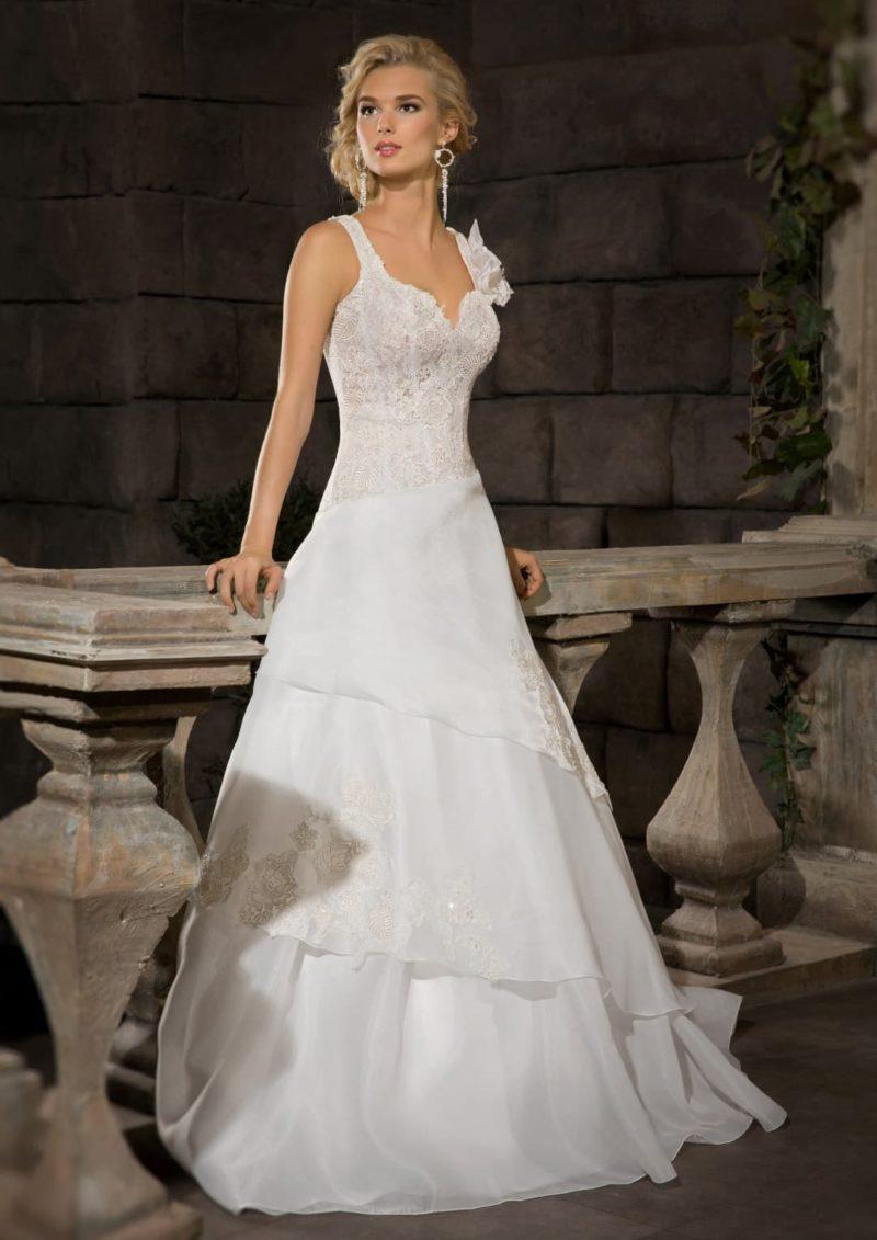 Стильное свадебное платье «принцесса» с многослойной юбкой и элегантным корсетом.