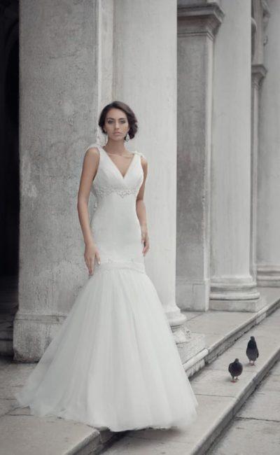 Свадебное платье «русалка» с V-образным вырезом декольте и оригинальным декором спинки.