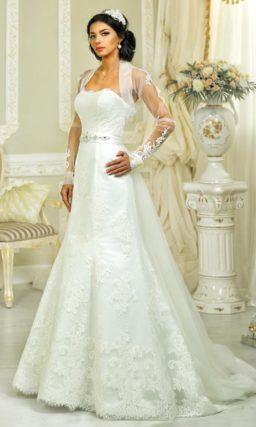 Открытое свадебное платье с полупрозрачным болеро с длинным рукавом и широким поясом.