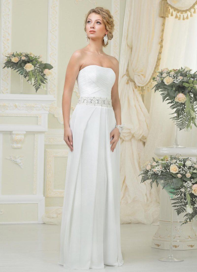 Прямое свадебное платье с соблазнительным вырезом декольте и широким бисерным поясом.