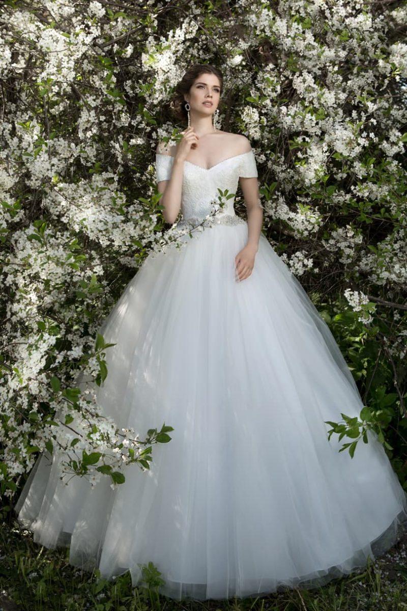 Свадебное платье со сверкающим поясом и женственным портретным декольте.