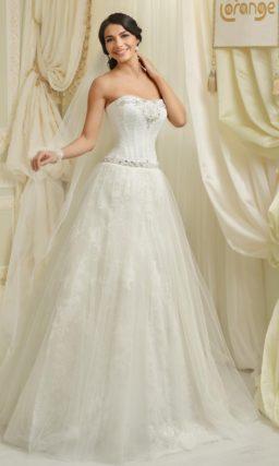 Пышное свадебное платье с многослойной юбкой с кружевом и открытым корсетом с бисерным декором.
