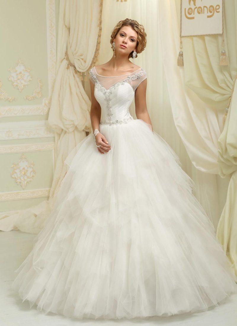 Кокетливое свадебное платье с сияющим бисерным декором верха и пышной юбкой с оборками.