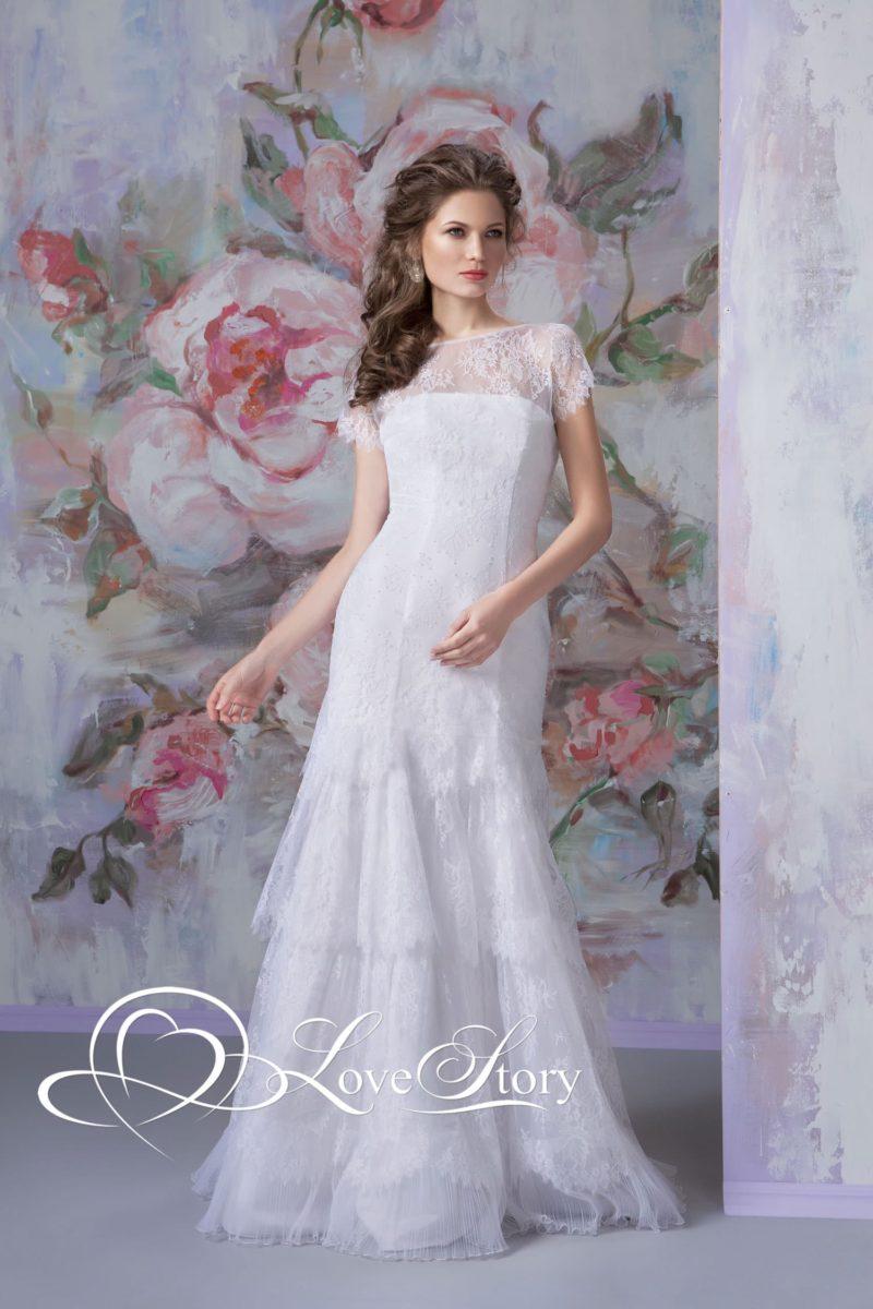 Кружевное свадебное платье с закрытым лифом и оборками по прямой юбке.