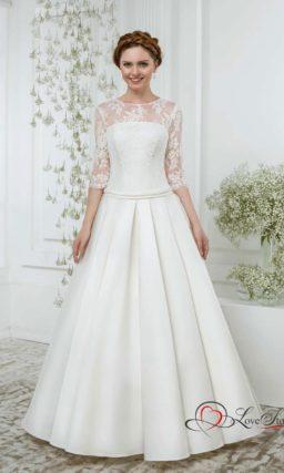 Свадебное платье «принцесса» с вертикальными складками на юбке и ажурным рукавом.