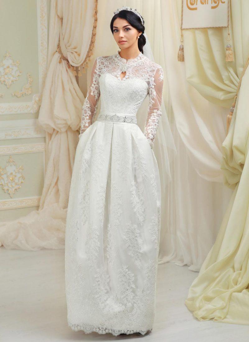 Закрытое свадебное платье с кружевным верхом и изящной юбкой кроя «тюльпан».