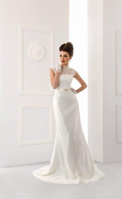Свадебное платье «русалка» с узким атласным поясом и закрытым верхом.
