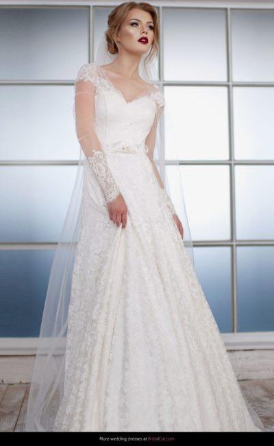 Традиционное свадебное платье «принцесса» с глубоким V-образным вырезом.