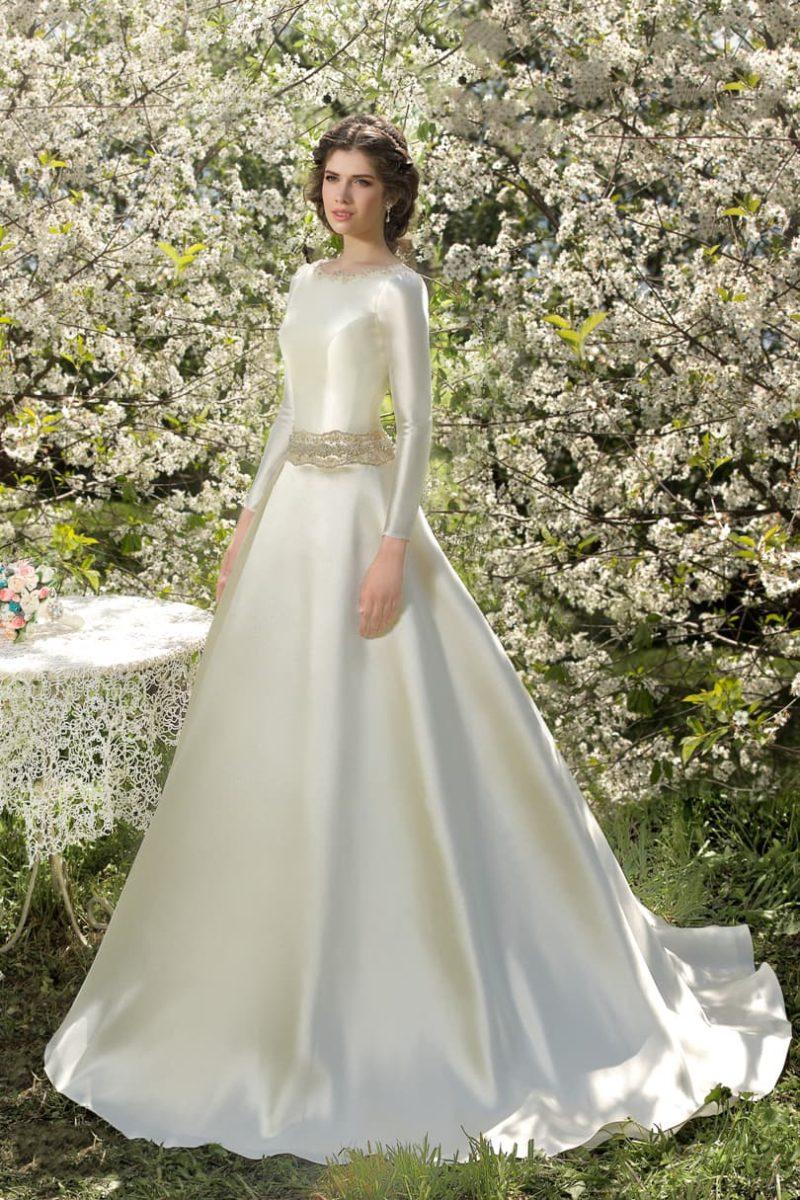 Атласное свадебное платье с округлым вырезом, декольте на спинке и сияющим широким поясом.