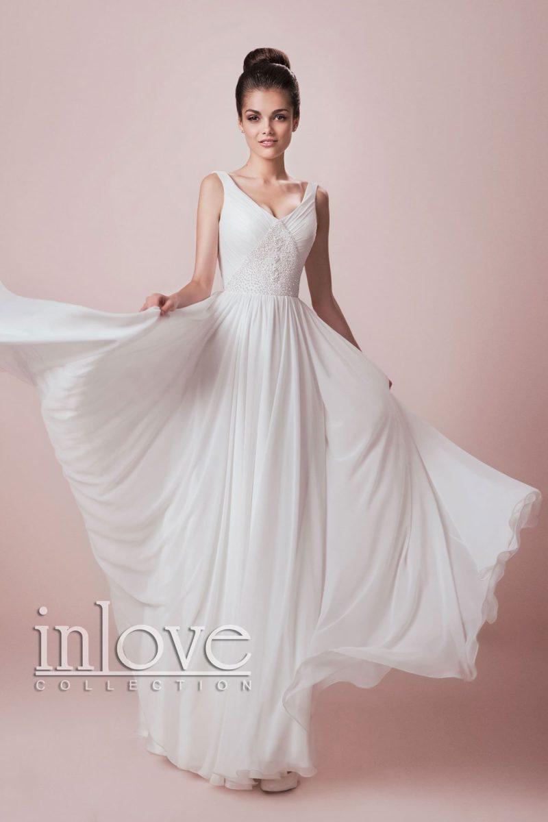 Прямое свадебное платье с V-образным вырезом и нежной кружевной отделкой по корсету.