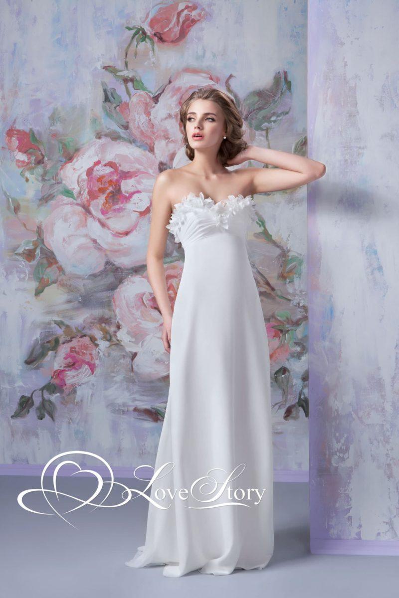 Стильное свадебное платье в ампирном стиле с объемной отделкой лифа.