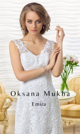 Утонченное свадебное платье прямого кроя с кружевным вырезом.
