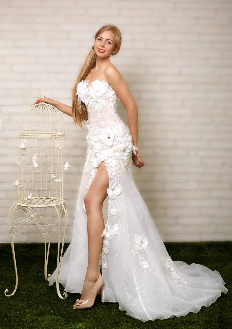 Элегантное свадебное платье прямого кроя с V-образным лифом, дополненным кружевной тканью.