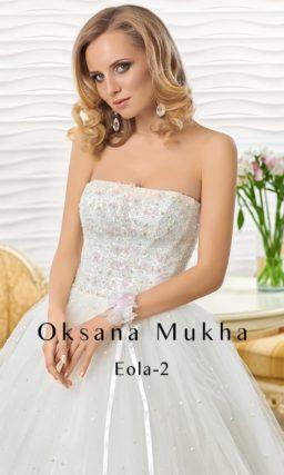 Пышное свадебное платье с открытым корсетом, украшенным кружевной тканью.
