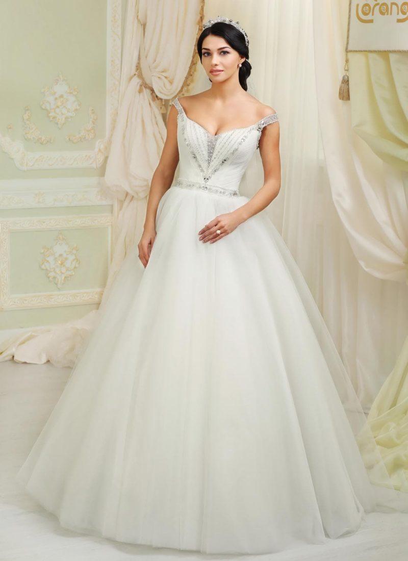 Романтичное свадебное платье с узкими соблазнительными бретелями и бисерным декором верха.