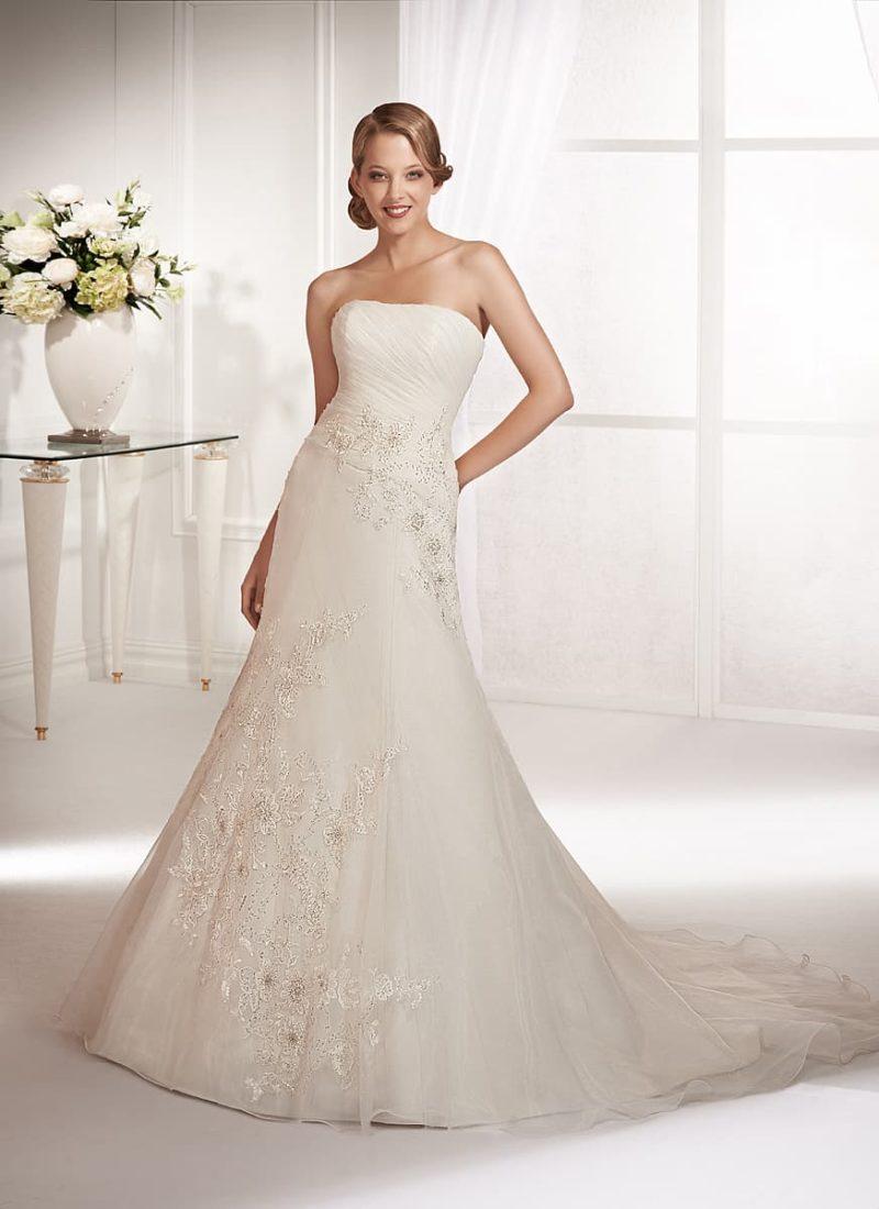 Свадебное платье «рыбка» с прямым лифом и отделкой множеством драпировок по корсету.