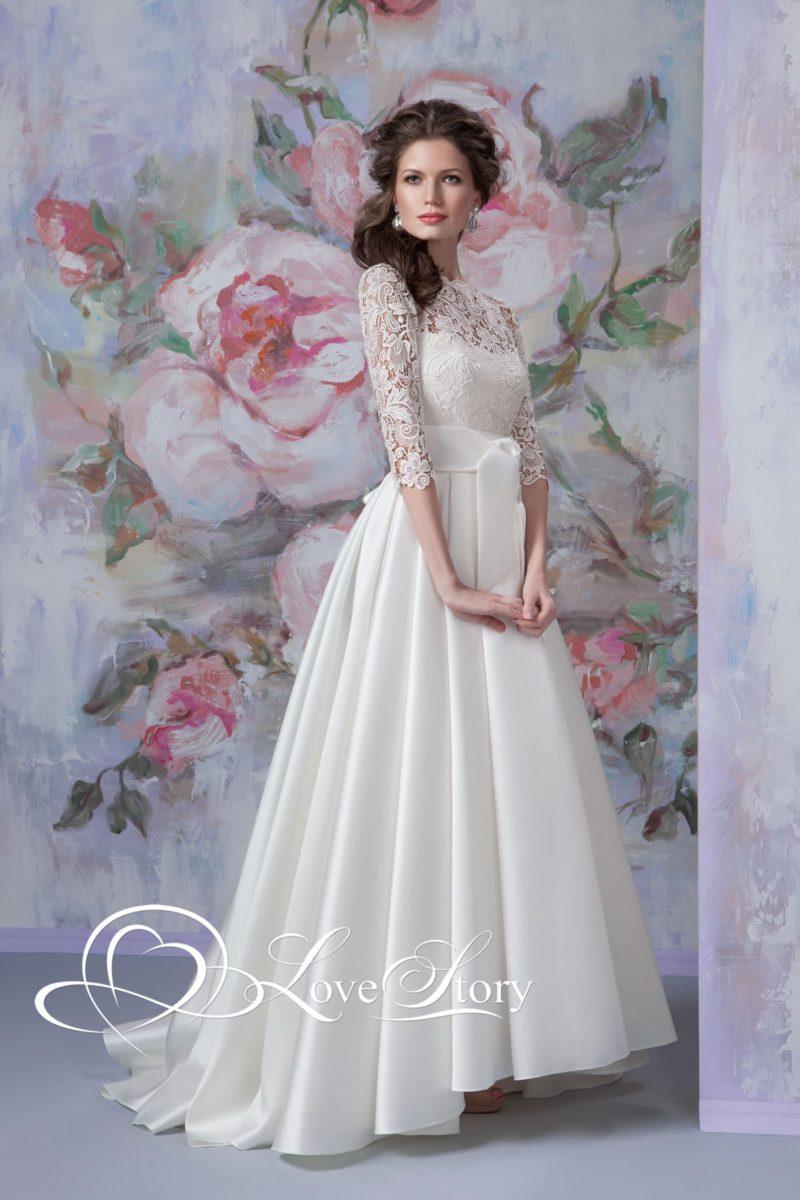 Свадебное платье с кружевным верхом и поясом из глянцевого атласа.