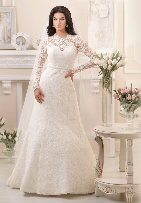 Закрытое свадебное платье с длинными кружевными рукавами и атласным поясом на талии.