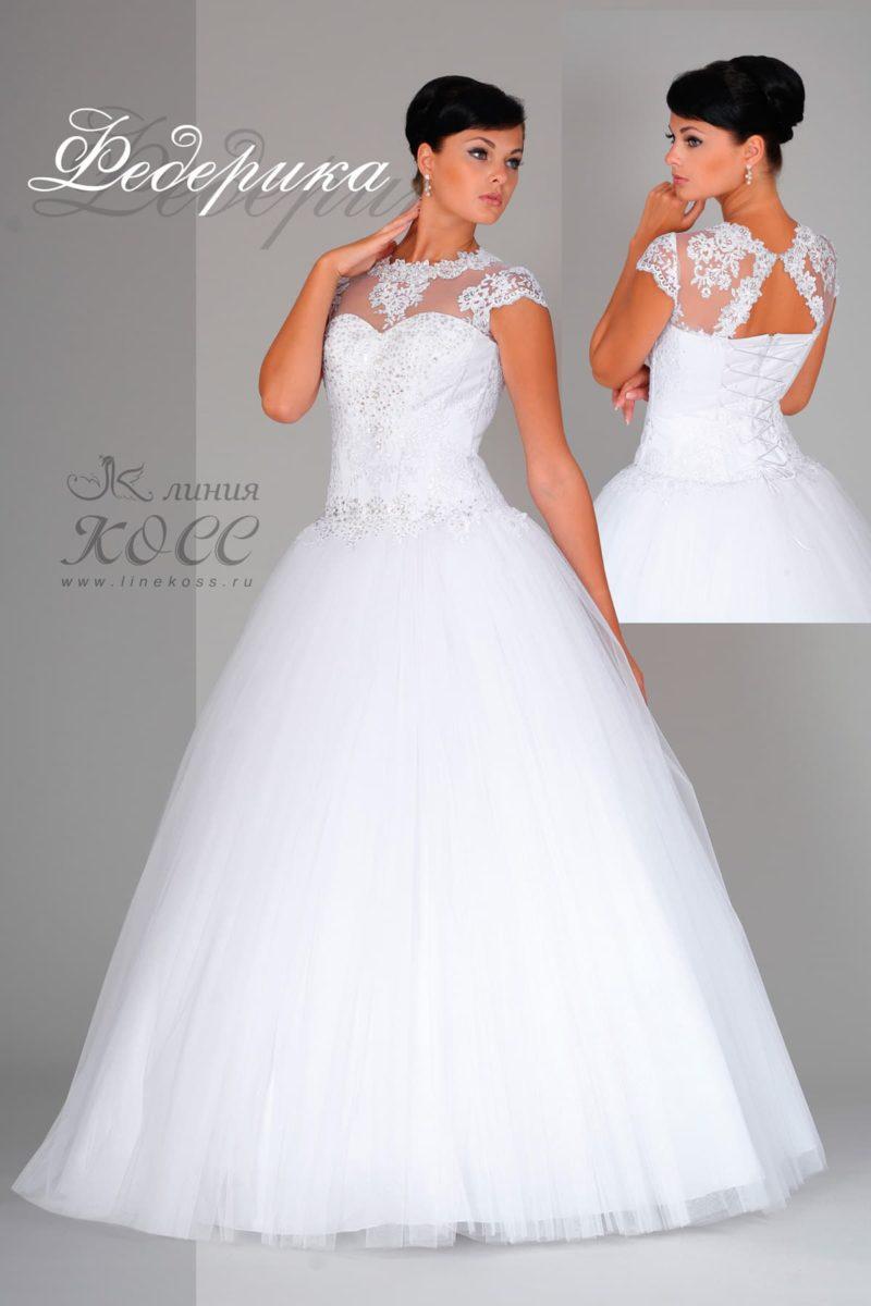 Пышное свадебное платье с полупрозрачным лифом, украшенным кружевом.