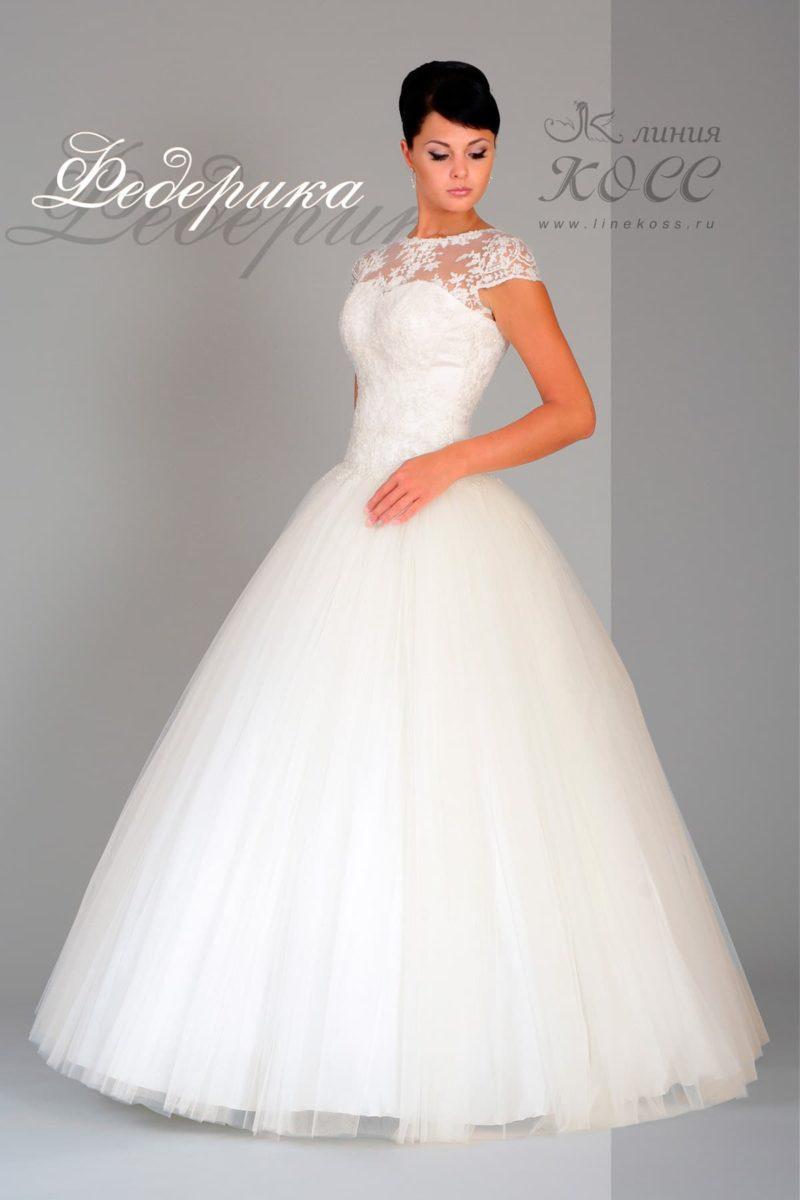 Романтичное свадебное платье с коротким кружевным рукавом и пышным низом.