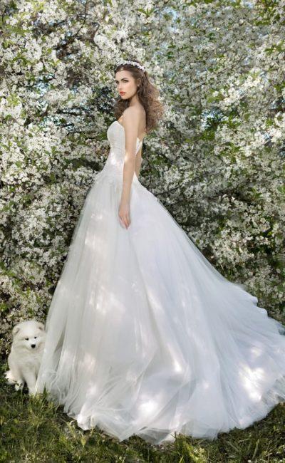 Роскошное свадебное платье «трапеция» с соблазнительным декольте, подчеркнутым кроем лифа.