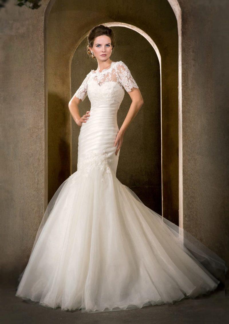 Выразительное свадебное платье «русалка» с элегантным декором из драпировок по корсету.