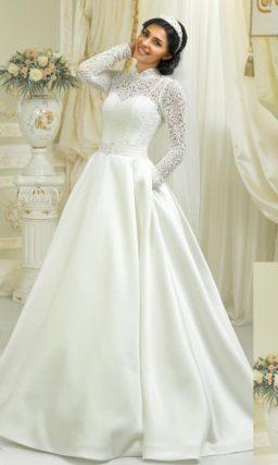 Стильное свадебное платье с пышной атласной юбкой и закрытым верхом из плотного кружева.