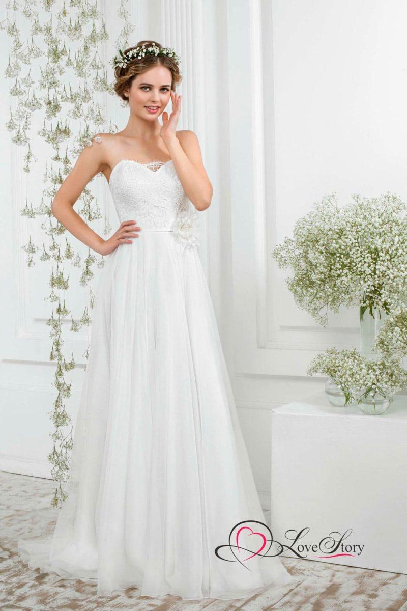 Деликатное свадебное платье с бутоном на талии и юбкой прямого кроя.