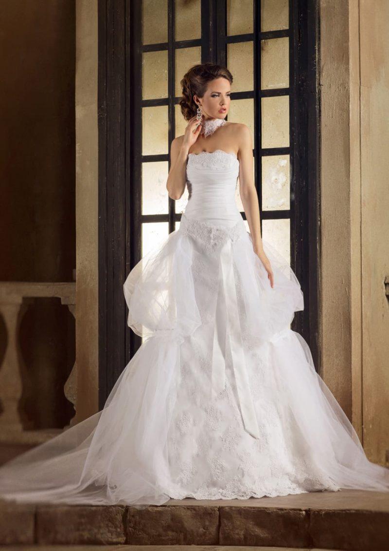 Оригинальное свадебное платье с оборками по бокам и открытым верхом.