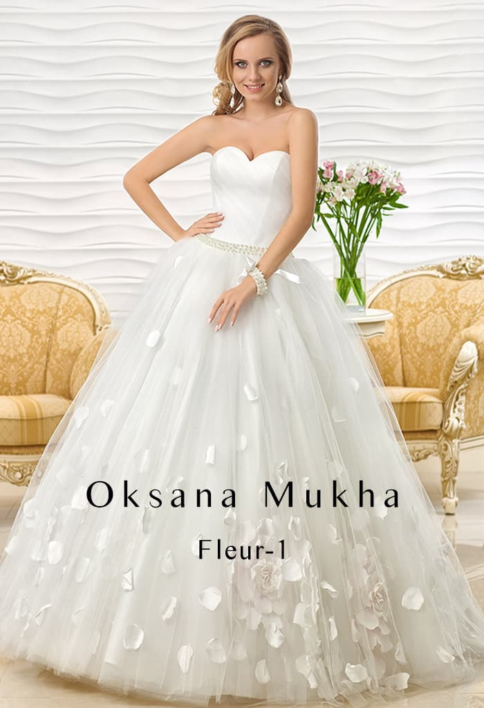 Восхитительное свадебное платье пышного кроя с объемным декором низа подола.