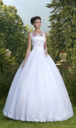 Роскошное свадебное платье с оригинальным лифом, покрытым полупрозрачной тканью.